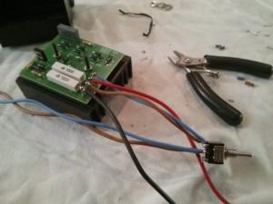 Soldamos los cables al conmutador y a la placa de circuito impreso